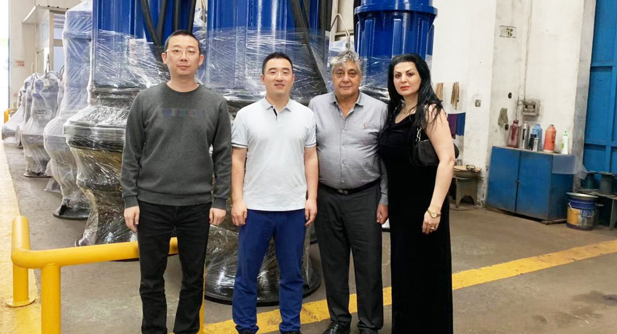 Welcome the customer from Iran to visit our factory.